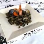 Nidos con frutos de mar y marea negra