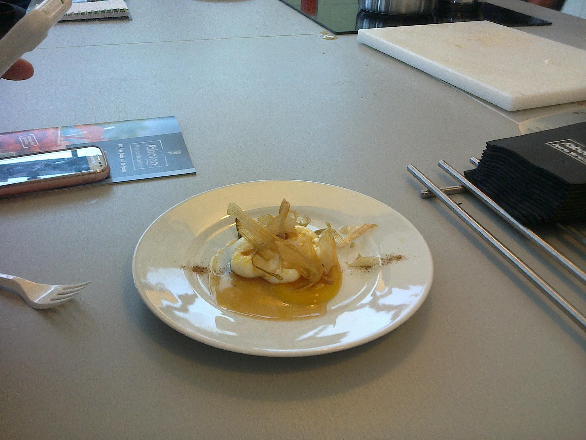Huevo poché con Gel de calabaza Consomé de cebolla y Polvo de setas deshidratadas