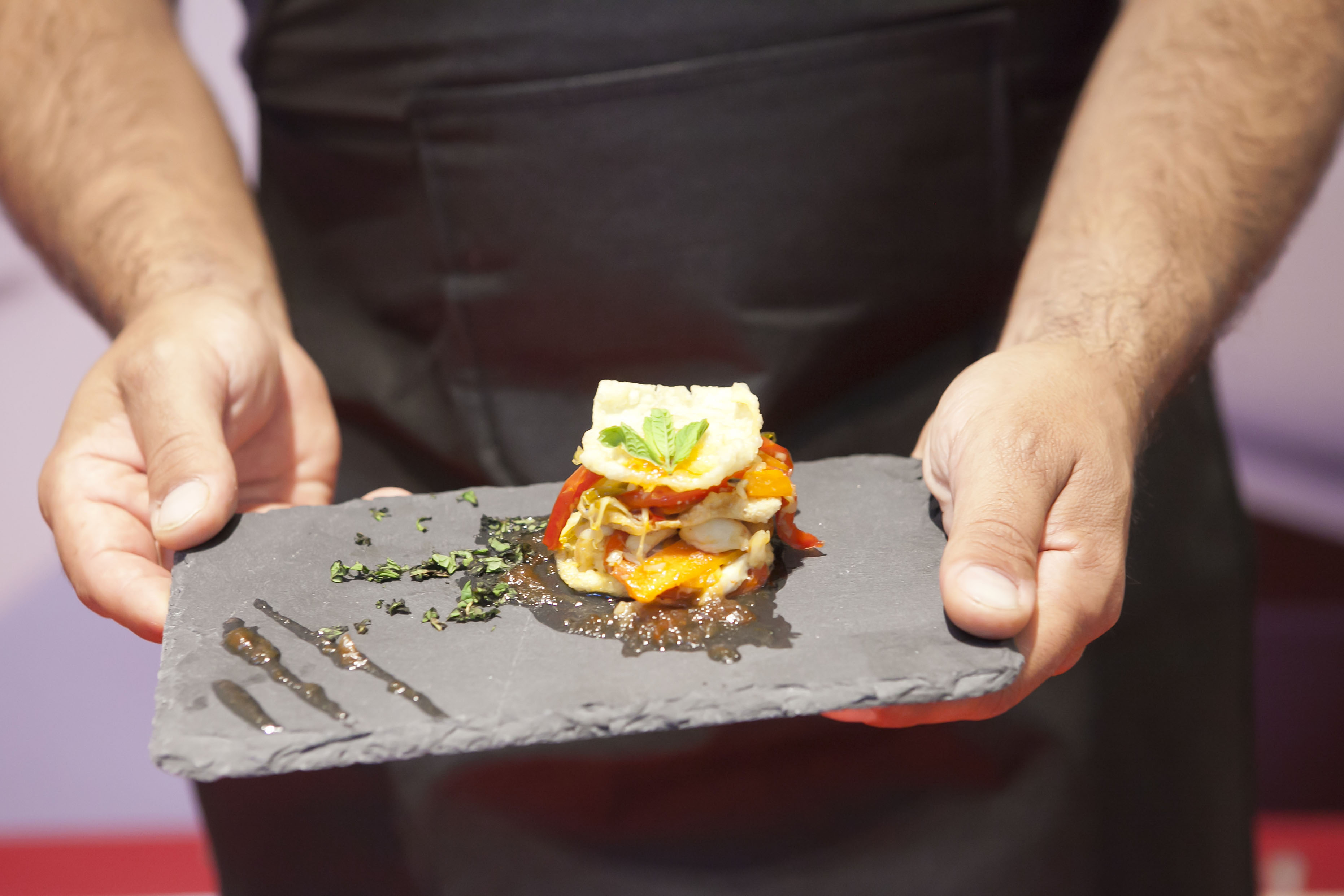 Mil Hojas de Pollo Confitado con Verduras y Compota de Tomate