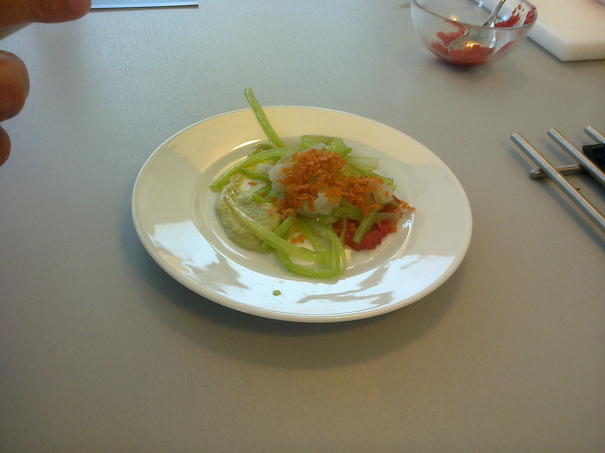 Mousse de verduras con Guacamole de alcachofas Tartar de langostino y Migas de tomate