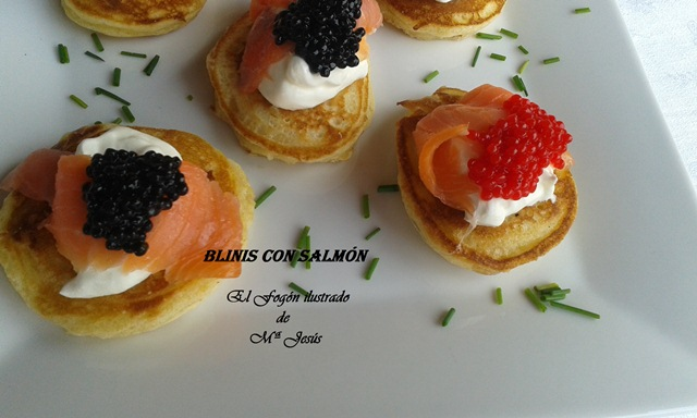 Blinis con crema agria, huevas de lumpo, salmón y trucha