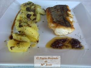 Lomo de merluza con ensalada de patatas y salsa de aceitunas negras