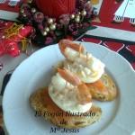 Góndola de langostino sobre huevo relleno  y salmón marinado